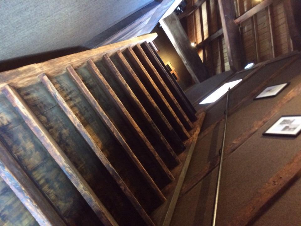 ▲入った瞬間、この階段。ああたまらん。